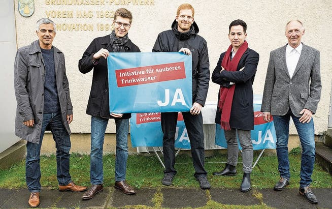 Von links: Gian von Planta (GLP), Benjamin Riva (Jungfreisinnige), Christian Minder (EVP), Yannick Berner (FDP) und Roman Mäder (Trinkwasserspezialist) setzen sich für die Trinkwasserinitiative ein.