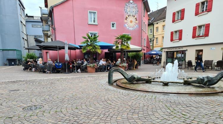 Auf dem Spitalplatz in Bad Säckingen erinnert nichts mehr an den schrecklichen Unfall. Wenn es Corona zulässt, sind die Strassencafés in den warmen Monaten gut gefüllt wie eh und je. (Stefan Ammann)