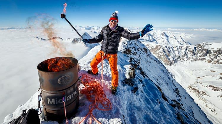 Der Blick auf Olympische Spiele in der Schweiz soll nun geschärft werden. Pirmin Zurbriggens spektakuläre Fackelaktion auf dem Matterhorn als Unterstützung für die gescheiterte Kandidatur «Sion 2026» ist Schnee von gestern. (Valentin Flauraud / Keystone)