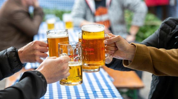 Prost auf einen guten Sommer, wie auf dem Bild in Baden: Auch in Deutschland sollen bald die beliebten Biergärten wieder öffnen. (Alex Spichale / AGR/22. April)