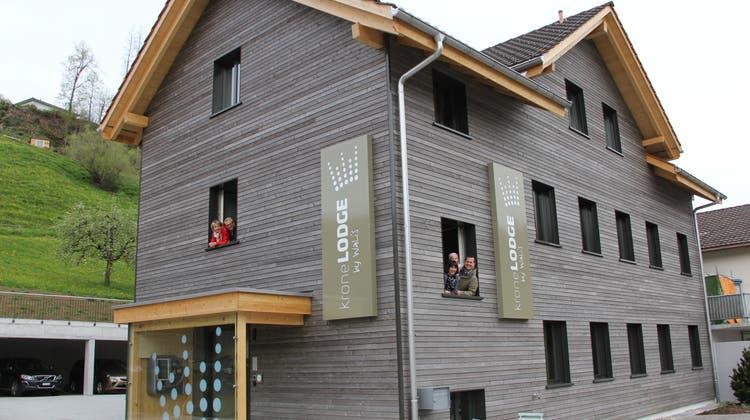 Die letzten Arbeiten sind gemacht: Die Familien Wohlgensinger und Schneider mit Töchterchen Luisa freuen sich auf Gäste. (Bild: Fränzi Göggel)