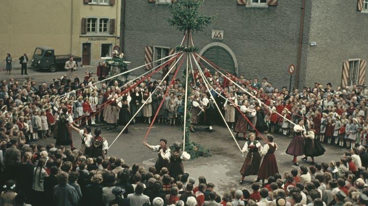 VomTreffen der Schweizerischen Trachtenvereinigung nach Liestal gebracht: Bändelitanz, 1953. (Theodor Strübin / Archäologie und Museum Baselland)