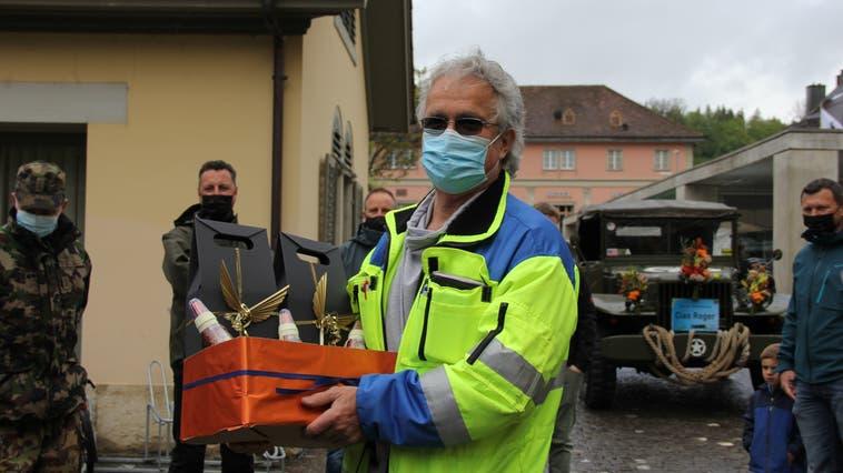 Roger Brogli bei der Verabschiedungmit dem überreichten Geschenk der Stadtkanzlei. (Bild: Janine Walthert)