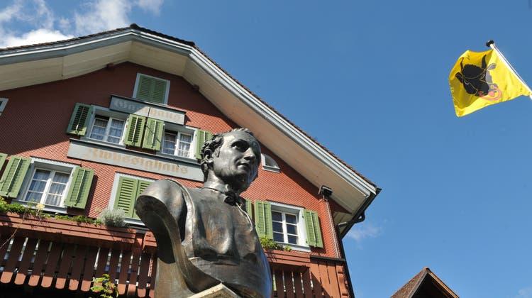 Das Zwyssighaus in Bauen mit dem Denkmal für Pater Alberik Zwyssig, den Dichter des Schweizerpsalms. (Bilder: PD)