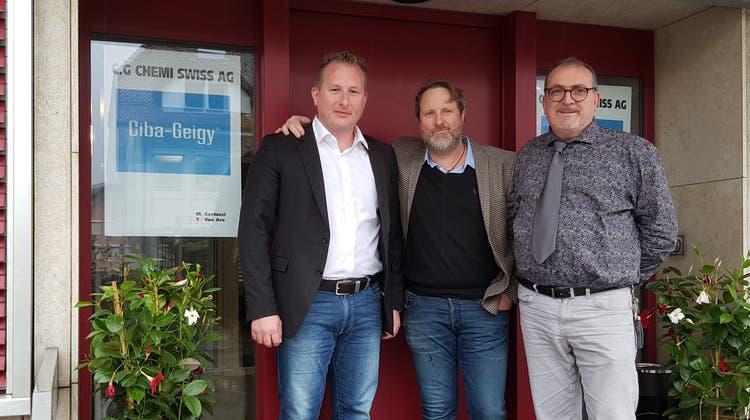 Thomas von Arx, Ennio Ricci und Massimo Santucci (v.l.n.r.) posieren vor dem Sitz der Firma C.G. Chemi Swiss AG in Oensingen. Sie haben sich das Recht an der Marke Ciba-Geigy gesichert und dürften das auch zeigen. (Sébastian Lavoyer)