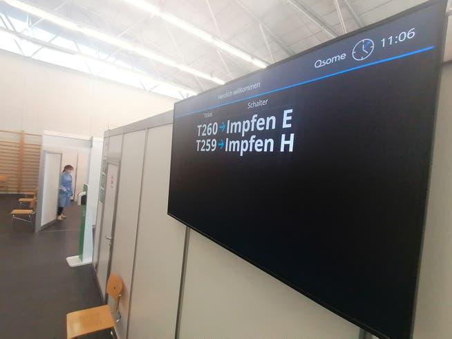Im Impfzentrum Bern geht es wie bei der Post zu und her: Wer an der Reihe ist, wird per Nummer aufgerufen.