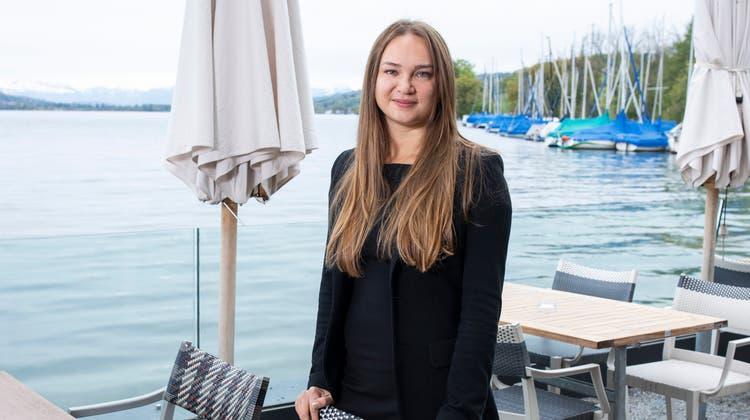 Geschäftsführerin Anastasia Adatte auf der Terrasse der «Schifflände» in Birrwil. (Britta Gut)