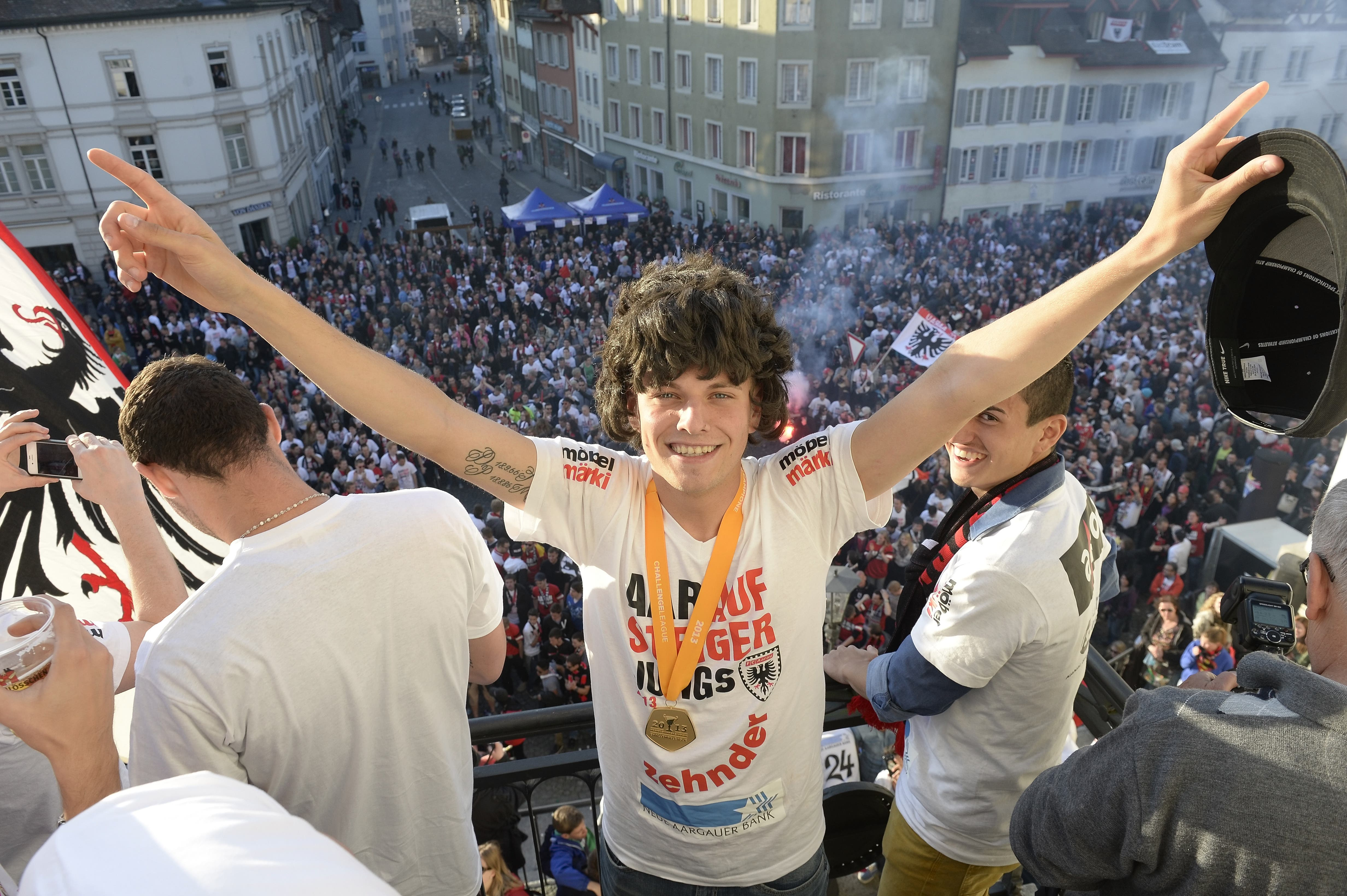 2013: Jäckle (mit Perücke) feiert mit Mannschaft und Fans seinen grössten Erfolg als Spieler - den Aufstieg mit dem FC Aarau in die Super League.