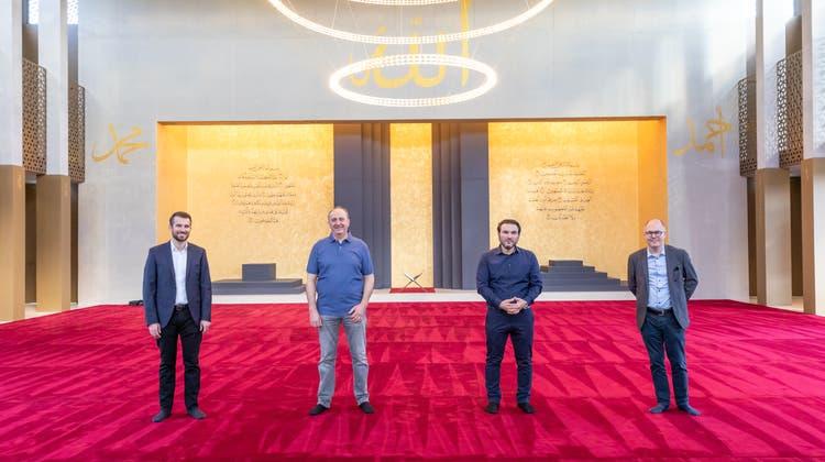 Hier haben 300 Gläubige Platz: Architekt Teo Rigas, Projektleiter Muharem Berzati, Vizepräsident Hasan Bajrami und Vorstandsmitglied Liridon Racaj (v.r.) im grossen Gebetssaal der Reinacher Moschee. (Foto: Fabio Baranzini)