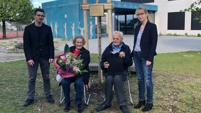 Elisabeth und Roland Rüegger, beide über 80, haben Holziken eine Spende von 1,1 Millionen zugestellt. Gemeindeammann Jacqueline Hausmann sowie Vize Lukas Treier. (Cynthia Mira)