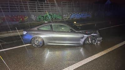 Ein 22-jähriger BMW-Fahrer aus Deutschland demolierte sein Fahrzeug. Grund dafür war wohlAquaplaning und möglicherweise nicht an die Strassenverhältnisse angepasste Geschwindigkeit. (Kapo AG)