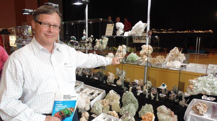 Der stellvertretende Vorsitzende der Mineralienfreunde, Dieter Heidl, bei der Mineralienbörse, die zuletzt 2017 stattfand. (mig(Bad Säckingen,22. April 2017))