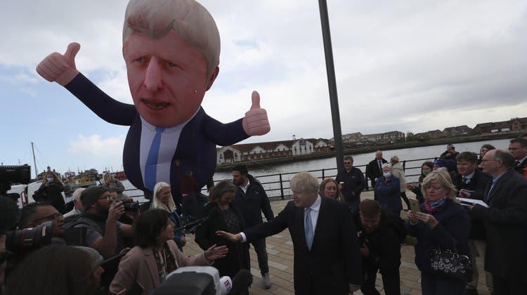 Ein aufblabarer Premierminister und ein echter: Der britische Regierungschef auf erfolgreicher Wahlkampftour in Hartlepool. (Scott Heppell / AP)