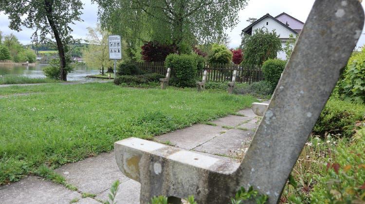 Nur noch die Betonfundamente erinnern an die drei Sitzbänke, die an der Limmat zum Verweilen einluden. (Sven Hoti)