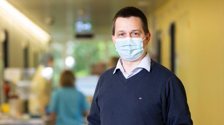 Flexibilität war gefragt: Der Murianer Spital-CEO vor der Covid-Teststation, die innerhalb eines Wochenendes aufgebaut wurde. (Britta Gut)