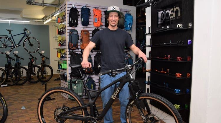No-Limit-Geschäftsinhaber Andi Wernli zeigt das brandneue «Posh»-Bike. (Bild: mhu)