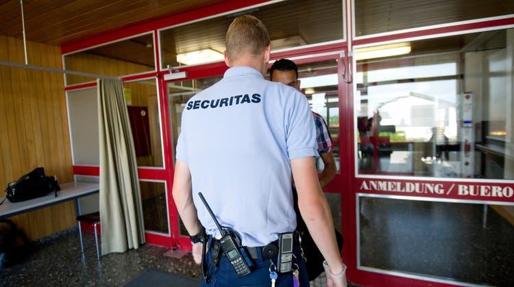 Für die Sicherheit im Bundesasylzentrum Altstätten sind private Sicherheitsleute der Firma Securitas zuständig. (Bild: Ralph Ribi)