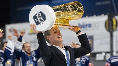 Dan Tangnes stemmt den Pokal in die Höhe (Bild: Ennio Leanza / Keystone (Zug, 7. Mai 2021))