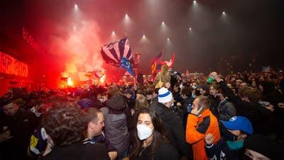EVZ-Fans auf dem Arenaplatz feiern den Schweizer-Meister-Titel. (Bild: Jan Pegoraro)