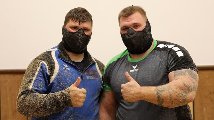 Nick Alpiger (l.) und Patrick Räbmatter haben die Masken unter Extrembedingungen getestet und für gut befunden. (Pascale Alpiger)