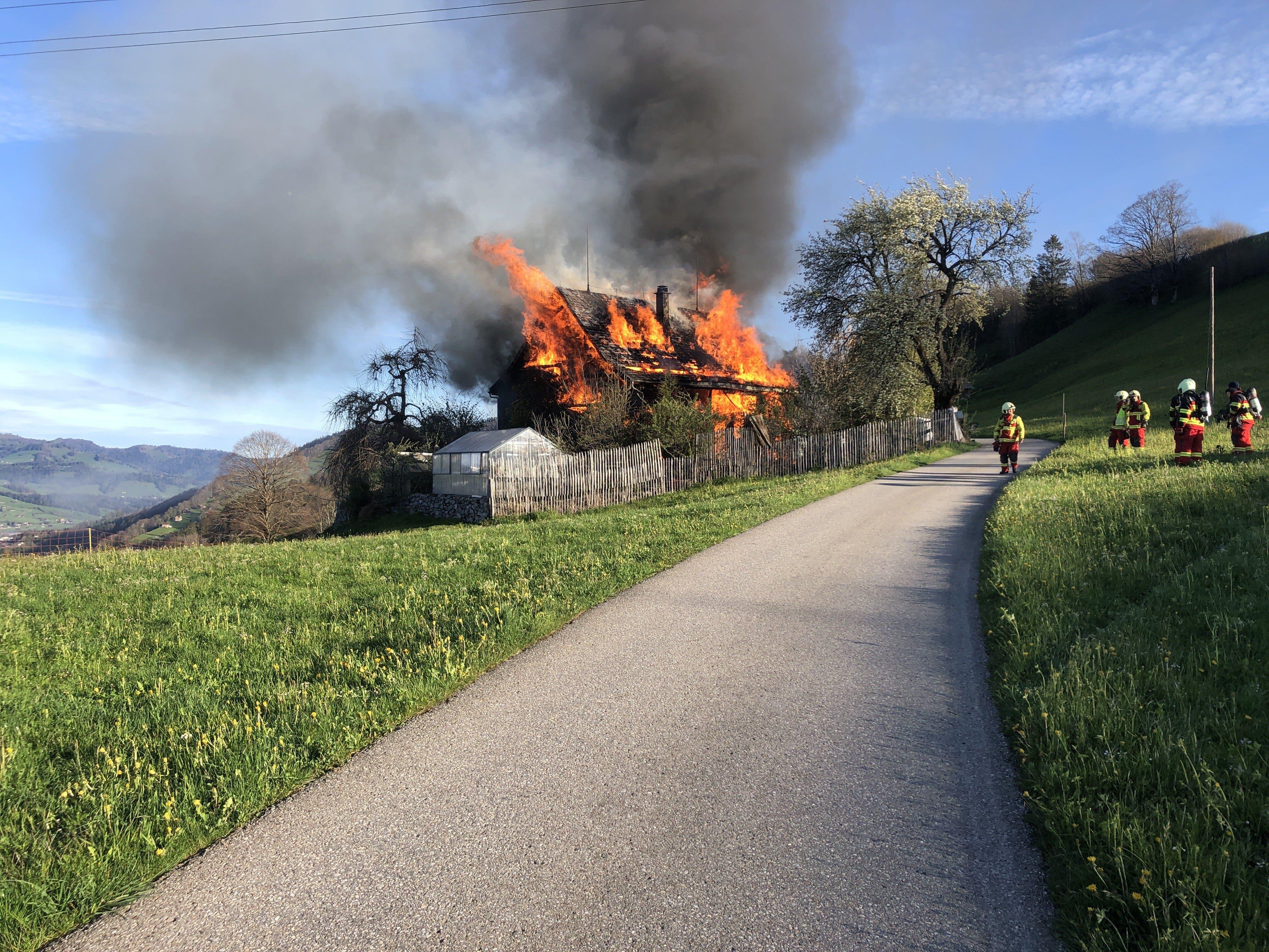 Das Holzhaus wurde vom Feuer komplett zerstört.