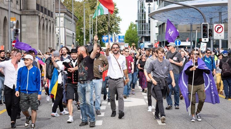 Die Demonstranten versuchten, vom Schlössli her zum Schlossplatz zu kommen. Die Polizei blockierte aber den Zugang. (Raphael Huenerfauth)