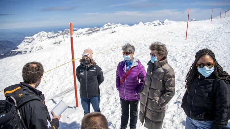 Bundesrätin Simonetta Sommaruga (r.), Skifahrerin Michelle Gisin (l.) und SAC-PräsidentinFrançoise Jaquet (M) am Samstagauf dem Titlis. (Keystone)