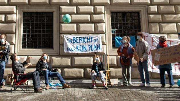 Klimaaktivisten demonstrieren vor dem Luzerner Regierungsgebäude gegen den Klimabericht. (Bild: PD)