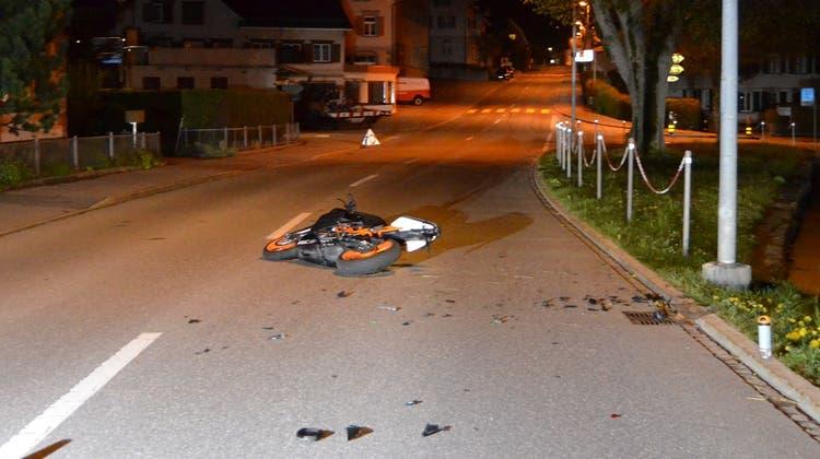 Der 16-Jährige verlor die Kontrolle über sein Motorrad und prallte in einen Kandelaber. (Bild: Kapo AR)