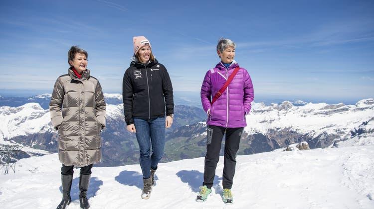 BundesrätinSimonetta Sommaruga (links) mit Skifahrerin Michelle Gisin und der SAC-PräsidentinFrançoise Jaquet. (Bild: Urs Flueeler / Keystone (Titlis, 8. Mai 2021))
