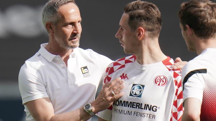 Eintracht Frankfurt (links Trainer Adi Hütter) erreichte gegen Mainz nur ein 1:1. (Keystone)