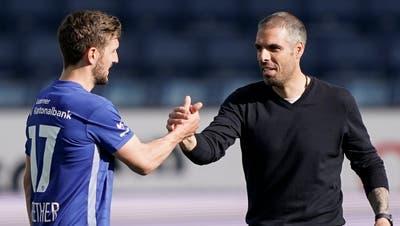 Schon wieder gewonnen – Trainer Fabio Celestini klatscht mit Simon Grether ab. (Bild: Martin Meienberger)