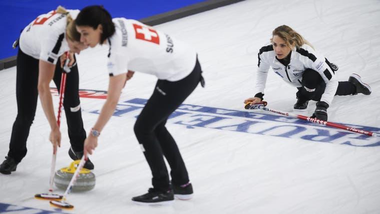 Volle Konzentration: Skip Silvana Tirinzoni dirigiert den Spielzug der Schweizer Curlerinnen. (Keystone)