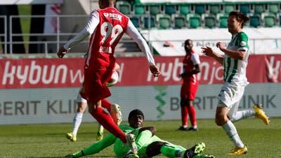 So erzielt Guillaume Hoarau (Nummer 99) für den FC Sion das 1:0 gegen den FC St. Gallen. (Freshfocus)