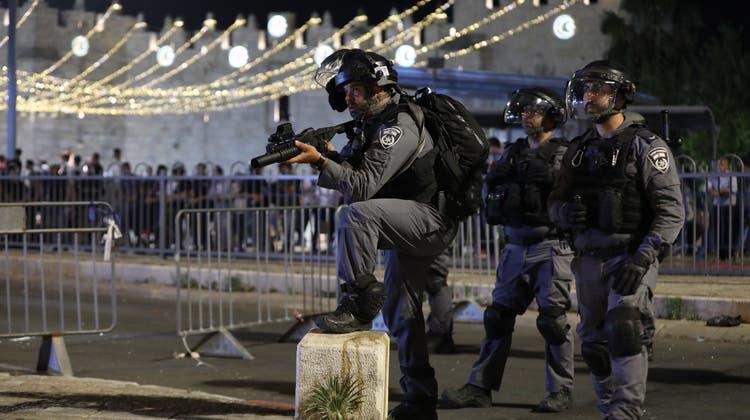 Israelische Sicherheitskräfte gehen in der Nacht auf Sonntag in Jerusalem erneut hart gegen protestierende Palästinenser vor. (Keystone)