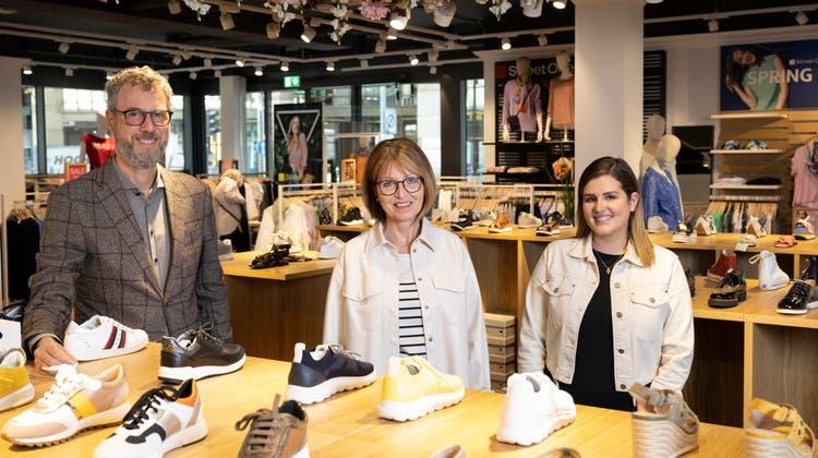 Die Schuhe haben jetzt einen grösseren Stellenwert: Alain Bernheim (Besitzer), Brigitte Bolliger (Co-Geschäftsführerin) und Tania Duarte (Filialleiterin Aarau, v.l.). (Alex Spichale)