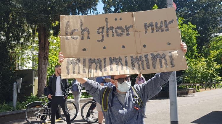 Ein einzelner Aarauer stellte sich den Demonstranten entgegen. (Nadja Rohner)
