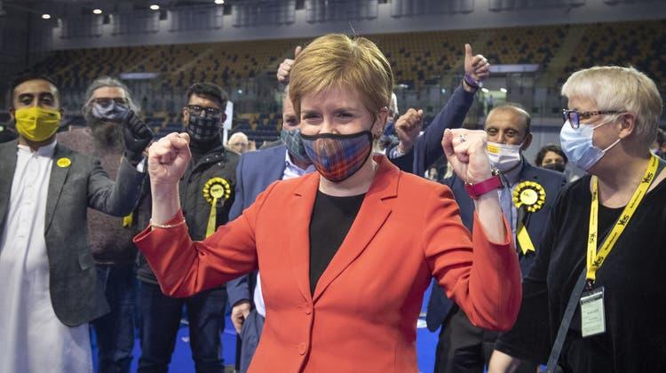 SNP-Parteiführerin und -Aushängeschild Nicola Sturgeon feiert, nachdem sie ihren Sitz für Glasgow Southside in den Parlamentswahlen gewonnen hat. (Jane Barlow / AP)