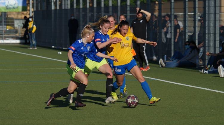 Schlierens Andreia Do Couto (gelbes Dress) wehrt sich gegen die Luzerner Übermacht nach Kräften. Nach einer Stunde Spielzeit musste die FCS-Mittelfeldspielerin mit einem schmerzenden Knie vorzeitig vom Platz. (Ruedi Burkart)