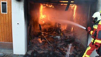 Die Feuerwehr Werdenberg Süd brachte den Mofa-Brand in der Garage rasch unter Kontrolle. (Bild: Kapo)