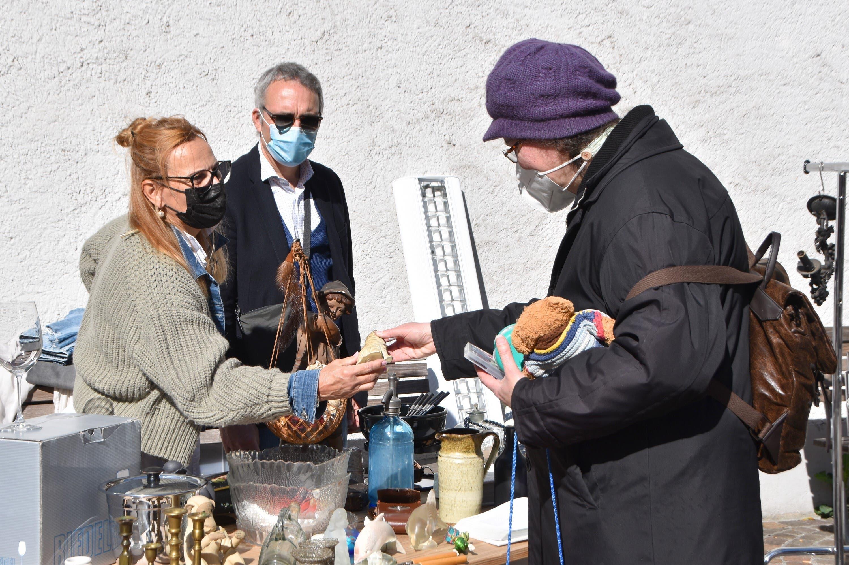 Am Samstag (8. Mai 2021) fand nach einem Jahr Zwangspause der Flohmarkt in Rheinfelden wieder statt. Hier: Sabina Cologna (links) und Peter Cologna