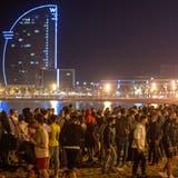 Euphorie angesichts der Lockerungen: Grosser Andrang am Strand von Barcelona. (Keystone)