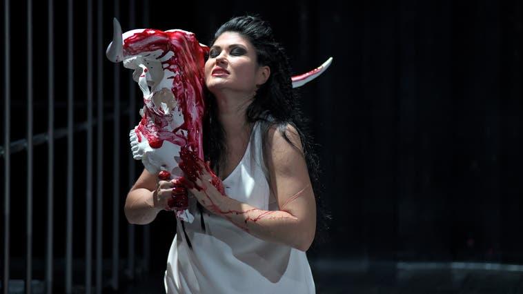 Serenad Uyar ist eine famose Titelfigur - ohne Scheu vor Blut. (ho)