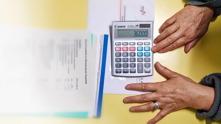 Die Schuldenberatung ist eines der Angebote, die von der Teilrevision des Sozialgesetzes betroffen wären. (Keystone/SZ)