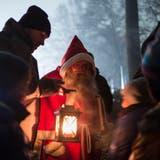 Nikolausfest mit dem Samichlaus bei einer Gruppe Kindern. (Bild: Keystone/Alessandro Della Valle)
