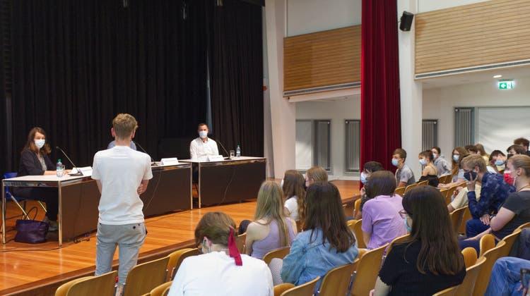 Podiumsdiskussion Agrarinitiativen: Franziska Herren (links am Tisch) und Martin Rufer (ganz rechts) stellen sich den Fragen der Schülerinnen und Schüler. (Lisan Vugts)