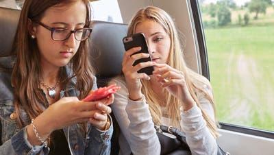 Basel-Stadt soll prüfen: Wenn junge Erwachsene Bezahlmedien abonnieren, sollen sie dafür einen Bildungsgutschein erhalten. (Christof Schuerpf / KEYSTONE)