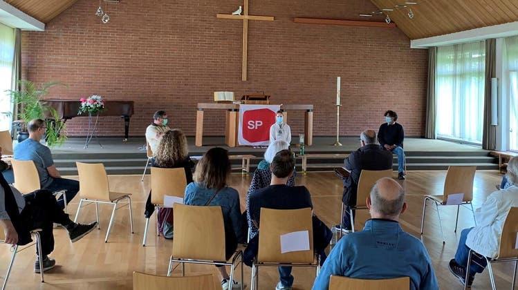 Die SP in der Kirche: in der Mitte (v.l.) Heinz Lüscher (Gemeindeammann Unterentfelden), Lucia Engeli und Thomas Baumann (Gemeinderat Suhr und Grossrat). (zvg)