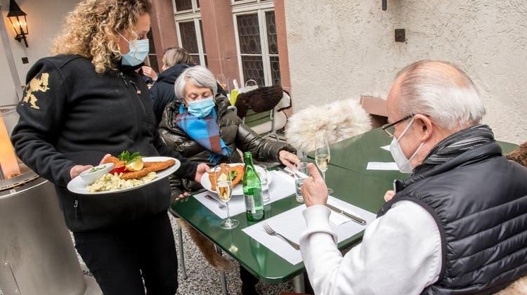 In der Gastronomie mit seinen kleinen Margen würde ein Mindestlohn von 23 Franken wohl etliche Jobs vernichten. (Nicole Nars-Zimmer (Basel, 19. April 2021))