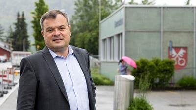 Adrian Hitz beim Gemeindehaus. Hier soll dereinst das neue Zentrum von Untersiggenthal liegen. (Severin Bigler)